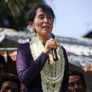 433px-Aung_San_Suu_Kyi_gives_speech