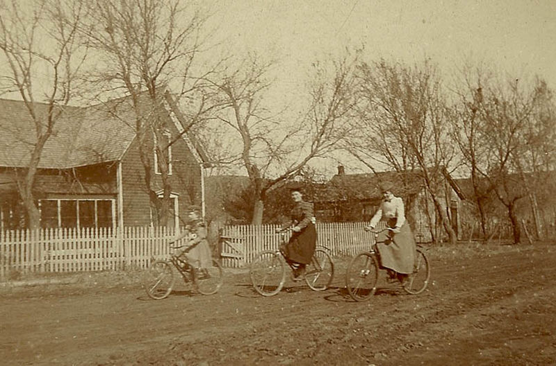 800px-Women_on_bicycles, _late_19th_Century_USA